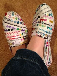 """Selvage Shoes Tutorial (interesting - but I think I will just make some selvage """"fabric"""" and then make a pair of slippers. Quilt Tutorials, Sewing Tutorials, Sewing Patterns, Sewing Hacks, Sewing Crafts, Sewing Projects, Sewing Slippers, String Quilts, Fabric Shoes"""