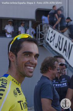 Alberto Contador apunto de subir al Portaaviones Juan Carlos I. — en Cádiz