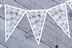 Deze sneeuwvlok banners zijn zo uniek en maken de perfecte winter decor. Wimpel banners zijn overal waar die je weer. Ze kunnen worden gebruikt als decor van de kwekerij, bruiloft decoraties, fotografie rekwisieten, verjaardagsdecoratie en nog veel meer.  Selecteer het aantal gewenste wimpels uit het drop down menu voor Nummer van WIMPELS.  Deze driehoek wimpel vlaggen hebben speciaal gemaakt is voor creatieve SAP Cafe - u vindt niet dat ze ergens anders.  (Geen lint of touw zal worden…