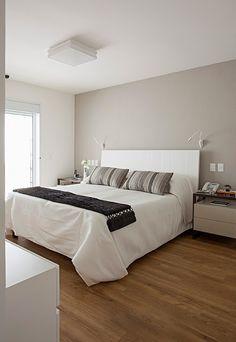 Quarto de casal cabeceira branca simples e elegante Projeto Korman Arquitetos o Small Room Bedroom, My Room, Guest Room Decor, Bedroom Decor, Living Room Vinyl, White Headboard, Room Planning, Headboards For Beds, Sweet Home