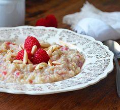 Quinoa porridge with yogurt, almonds and raspberries Quinoa Breakfast, Breakfast Smoothies, Best Breakfast, Breakfast Recipes, Dessert Recipes, Quinoa Porridge, Canadian Food, Smoothie Bowl, Recipe Of The Day