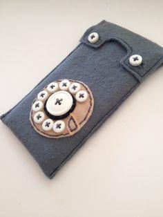 Telefoonhoesje gemaakt van vilt en knopen, op maat  voor de 6S! ;-)) hoe modern kan het zijn!