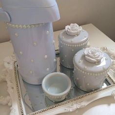 Mais uma opção de kit higiene para as princesas! ________________________________  Kit flower : R$299,90 a vista ou 3 x 106,60. ________________________________  O kit acompanha: 1 bandeja com espelho. 2 potes de porcelana. 1 Bool. 1 Garrafa Térmica. ______________________________ Para ENCOMENDAS, cálculo de frete e dúvidas, entrar em contato por:  WhatsApp (16)988350800 E-mail  ana_carolpatton@hotmail.com ______________________________  Formas de pagamento:  Depósito Bamcario(Itaú,ca...