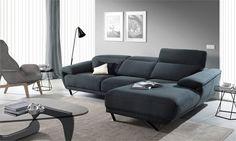 Elegir la tela del sofá. #sofá Arona con chaise longue a la derecha de diseño con líneas moderna, con reposa cabezas reclinable y patas metálicas.
