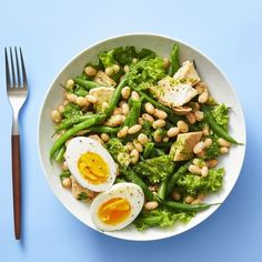 This white bean and tuna salad with basil vinaigrette is loaded with veggies and topped with an herby dressing. Best of all, this side salad is gluten-free and easy for a quick weeknight dinner. Healthy Food Choices, Good Healthy Recipes, Easy Healthy Dinners, Healthy Foods, Healthy Menu, Healthy Dishes, Nutritious Meals, Healthy Weight, Vegetarian Recipes