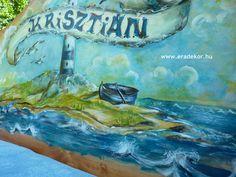 Az ágy tulajdonosának (azaz a hajóskapitány) nevével a fejtámlán - Krisztián névreszóló tömörfenyő, hajós mintával festett gyerekágy. Fotó azonosító: AGYKRI11