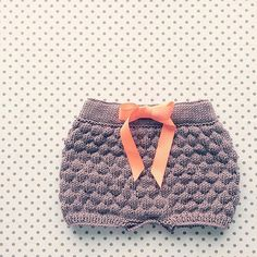 Sailor bubble shorts Dansk Strikkeopskrift by STRIKDET on Etsy Knitting For Kids, Crochet For Kids, Baby Knitting, Crochet Baby, Knitting Designs, Knitting Patterns, Party Fashion, Kids Fashion, How To Purl Knit