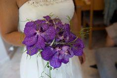 Ramo de Eva, hecho con orquídia wanda en color lila, suculentas i detalles de lentejuela blanca y pedreria
