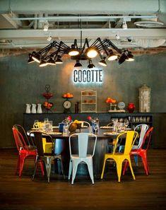 Terraceo con el MUST del estilo #industrial: las #sillas metálicas vintage. Decoración metálica que suena a modernidad Sillas Tolix combinadas multicolor