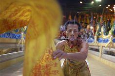 النباتيون في تايلاند وظقوس غريبة لثقب الوجه