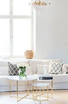 déco salon tendance avec table basse en marbre et en pieds en métal