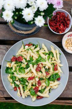 Hier also mein absoluter Lieblings-Nudelsalat - Italienischer Nudelsalat mit Rucola, getrockneten Tomaten, Zucchini und einer Honig-Senf-Dressing. Oberlecker!