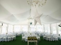 Carpa a dos aguas para la comunión de Joaquin. Silla tiffany blanca y mantel azul pastel | Joaquin first holy communion, with a two water marquee. White tiffany chair and pastel tablecloth