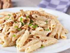 Receta de Pasta con Salsa de Nuez. Esta receta de pasta con salsa cremosa de nuez es ideal para vegetarianos y la puedes preparar en tan solo 20 minutos. Las nueces le dan un sabor inesperado a la pasta, muy buena receta!