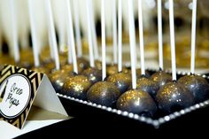 black and gold cake pops aren't these great! @lillianhdesigns love the way they shine