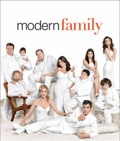 Modern Family - Freaking the FUNNIEST show I've ever seen. Even funnier than Scrubs. What I love most about it is how well it actually illustrates a modern family, their dynamics, and the resulting humor. Can't go wrong. Modern Family Season 2, Serie Modern Family, Family Tv, Family Life, Family Photos, Family News, Happy Family, Family Portraits, Ed O Neill