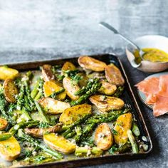 Grüner Spargel mit Kartoffeln vom Blech: Rezept Green asparagus with potatoes from the tin: recipe – [living at home] Vegetarian Recipes Dinner, Healthy Dinner Recipes, Healthy Snacks, Snack Recipes, Cooking Recipes, Asparagus Recipe, Easy Meals, Food And Drink, Veggies