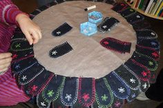 klackmatta-a cool way to use up scraps of felt! Swedish Embroidery, Beaded Embroidery, Hand Embroidery, Embroidery Ideas, Wool Rug, Wool Felt, Felted Wool, Diy And Crafts, Arts And Crafts