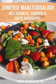 Zomerse maaltijdsalade met spinazie, aardbeien en zoete aardappel  | MoodKids Healthy Snacks, Healthy Eating, Healthy Recipes, Veggie Recipes, Salad Recipes, Veggie Food, Lunch Restaurants, Salad In A Jar, Dutch Recipes