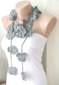 A mano all'uncinetto - inverno sciarpa - collana grigio - Flower Lariat
