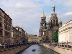 Müzeler ve Saraylar Şehri SAINT PETERSBURG - Saint Petersburg, yani Санкт-Петербург, diğer adıyla Petrograd, diğer adıyla Leningrad gerçekten de fantastik bir şehir. Rusyanın ikinci büyük şehri olan St. Petersburg, Baltık denizi kıyısındaki Neva nehri üzerinde 42 adadan oluşan bir bataklığa, 1703 yılında 1. Petro'nun (deli Petro) kurduğu müze ve saraylar şehri.