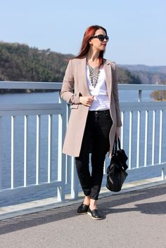 Long beige blazer, white t-shirt, black jeans, necklace