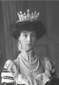 Consuelo Vanderbilt wearing the Marlborough Boucheron Tiara. My, her neck is very long!