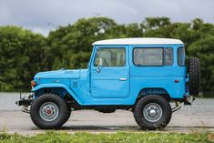 The Toyota Land Cruiser and the Land Rover did battle for sales dominance across Africa, Australia, South America and Asia throughout the Toyota Fj40, Toyota Fj Cruiser, Toyota Cars, Classic Trucks, Classic Cars, Land Cruiser Models, Toyota Hybrid, Volkswagen, Bmw Autos