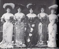 The creation of the steamed corset which caused a curvier corset, this invention in the edwardian fashion period and changes in aesthetic brought back a tiny waist in womenswear. Victorian Women, Edwardian Era, Edwardian Fashion, Vintage Fashion, Flapper Fashion, Victorian Era, Vintage Outfits, Vintage Dresses, Vintage Clothing
