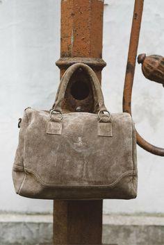 Die 2-in-1-Tasche, die mit ihrem Design und ihrem Trage- und Platzkomfort zu überzeugen weiß. Ob als Umhängetasche, als Handtasche, ob für die Uni, die Arbeit oder die Freizeit – die Tasche ist vielfältig einsetzbar. Das Rindsleder verleiht der Tasche Funktionalität und Stabilität, die alltäglichen Herausforderungen standhält und die nötige Zuverlässigkeit liefert.