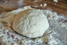 Italské domácí těsto na Pizzu Na dvě 30cm velké pizzy: 1 lžíce supr jemného cukru 2 lžičky sušených kvasnic, nebo 15g čerstvých 170ml vlažné vody tělesné teploty (37-43°C) 450g nebělené pšeničné mouky na Pizzu (italská OO), nebo hladké pšeničné mouky 1/2 lžičky jemné mořské soli 3 lžíce panenského olivového oleje kukuřičná krupice