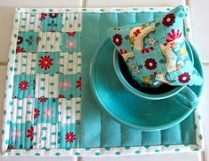 Mug rug Simply Miss Luella: Cuppas, pinnies and mug mats Small Quilt Projects, Quilting Projects, Sewing Projects, Diy Projects, Mug Rug Patterns, Quilt Patterns, Small Quilts, Mini Quilts, Deco Table