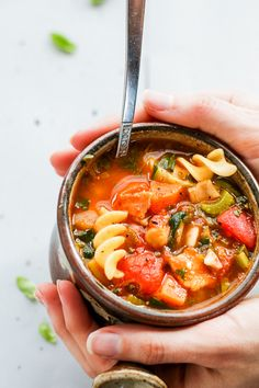 Low FODMAP minestrone makes the perfect lunch or a light dinner! This minestrone soup is packed full of flavour and uses low FODMAP canned chickpeas instead of traditional high FODMAP beans. Lunch Recipes, Soup Recipes, Vegetarian Recipes, Healthy Recipes, Ibs Recipes Dinner, Vegetarian Italian, Recipes For Ibs, Healthy Food, Dieta Fodmap