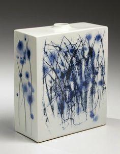 KONDŌ TAKAHIRO - Flattened square vessel with blue and black under glazes