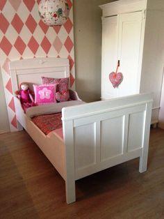 Stijlvol antiek eenpersoons bed, mat wit afgelakt. Voor meer details en onze voorraad antieke bedden kijk op www.olijk nl