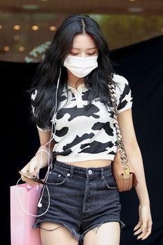 Blackpink Fashion, Korean Fashion, Fashion Outfits, Kpop Outfits, Casual Outfits, Beautiful Asian Girls, South Korean Girls, Kpop Girls, Ideias Fashion