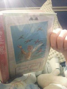 """#cosastoleggendooggi """"Danny il campione del mondo"""" di Roald Dahl  Questa volta mi sembra abbia scelto bene nella biblioteca scolastica.   Una storia semplice, ma intrisa di sentimenti. Sentimenti per un padre che, dopo la morte della moglie, deve badare al proprio figlio facendogli anche da madre, un padre la cui dolcezza viene  esaltata dalle splendide descrizioni dell'autore, come in questo estratto:  """"Senza dubbio, mio padre era il papà più meraviglioso e affascinante che un ragazzo…"""