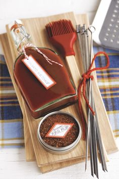 These best homemade Christmas food gifts will make the holiday season even sweeter. Our list of edible holiday gift ideas includes sweet and savory options, like sugar cookies, popcorn, and cornbread! Diy Christmas Gifts For Men, Diy Christmas Baskets, Christmas Gifts For Boyfriend, Homemade Christmas, Boyfriend Gifts, Christmas Diy, Christmas Projects, Xmas Gifts, Holiday Gift Baskets