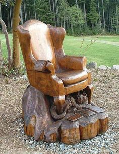 Chainsaw sculpture that Could be a real chair, or at least a chair for a doll. Tree Carving, Wood Carving Art, Wood Art, Wood Carvings, Chainsaw Wood Carving, Art Sculpture En Bois, Into The Woods, Log Furniture, Furniture Dolly