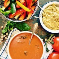Tomatsoppa med grönsaksstavar och hummus! Receptet hittar du i meny 5. Hoppas att du får en fin helg! 😊