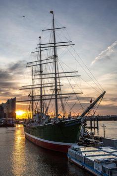 Rickmer Rickmers vor Sonnenaufgang   Bildschönes Hamburg
