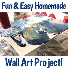 Here s my tutorial for a fun easy and cheap DIY wall art project anyone can do Use a scrap board or canvas and acrylic craft paints to make your own homemade wall art I love how this type of paint pou Diy Wand, Art Diy, Diy Wall Art, Cool Wall Art, Diy Artwork, Homemade Wall Art, Homemade Canvas Art, Wal Art, Diy Art Projects