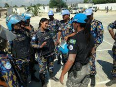 """POLICIAIS MILITARES FEMININAS BRASILEIRAS EM MISSÕES DE PAZ – UNITED NATIONS POLICE """"UNPOL""""  Cap. PMDF Natalia em treinamento de quick response com FPU de Bangladesh."""