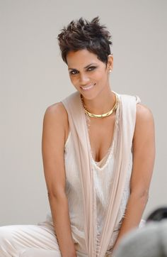 Picture of Halle Berry Halle Berry Short Hair, Halle Berry Style, Halle Berry Hot, Halle Berry Pixie, Short Pixie, Pixie Cut, Short Hair Cuts, Short Hair Styles, Natural Hair Styles