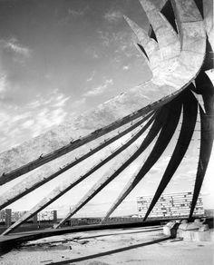 architect oscar niemeyer // photo: lucien hervé // 1961 Catedral de Brasília antes de ser envidraçada, apenas o concreto armado de pé.