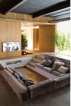 画像4つ目 リビングルームを床に埋め込んで作りこむスタイル。の記事より