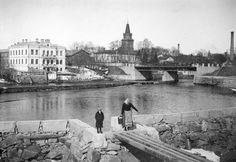 Gustaf Oskar Sumelius perusti vuonna 1859 Tampereelle vähittäis- ja tukkukauppaa harjoittaneen liikkeensä. Yritys muutti vuonna 1870 Keskustorin varrella sijainneeseen yksikerroksiseen puutaloon. Vuonna 1889 Sumelius rakennutti kauppatalonsa viereiselle tontille Tammerkosken rantaan kaksikerroksisen kivitalon perheensä asuintaloksi. Vuonna 1930 taloon tehtiin muutos Väinö Salmelan suunnitelman mukaisesti. Palatsi purettiin Tempon tavaratalon tieltä vuonna 1938. Tampereen museot…