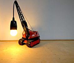 Sloopkogel hijskraan speelgoedlamp. Bekijk dit items in mijn Etsy shop https://www.etsy.com/nl/listing/585893055/tonka-vintage-speelgoedlamp-hijskraan