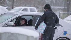 La police aux USA tente de se racheter en offrant des cadeaux pour noël ... http://noemiconcept.com/index.php/fr/departement-informatique/webbuzz-tech-info/206574-webbuzz-du-11-12-2014-usa-la-police-de-lowell-donne-des-cadeaux-usa-lowell-police-give-gifts.html#video
