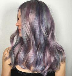 Per un look da moderna principessa delle fiabe si può sperimentare il trend colore unicorn nella versione iridescente combinando insieme grigio perla e viola soft per una chioma dal grande appeal animata da un pizzico di magia.